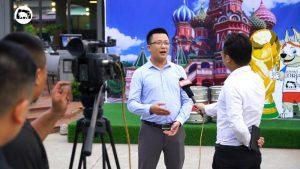 Phóng viên VTC đang phỏng vấn anh Hà Sỹ Phúc - PGD của nhà hàng Trâu Ngon Quán