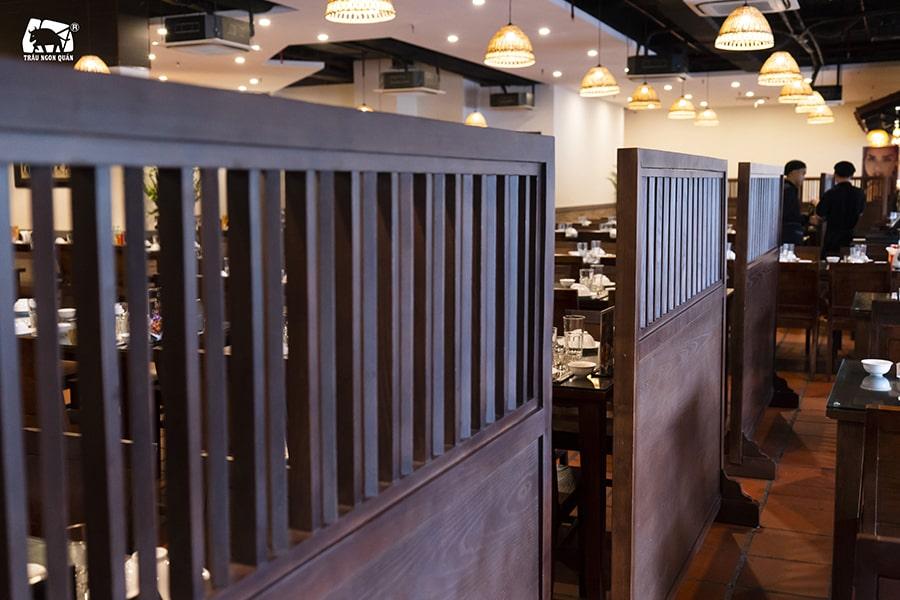 Bạn có thể sử dụng những vách ngăn của nhà hàng quây lại tạo thành 1 không gian riêng tư để tổ chức tiệc