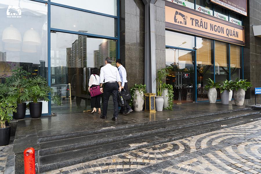Cửa thứ 3 có thể đi vào nhà hàng nằm ở mặt sau tòa nhà Udic Complex, cạnh cửa xuống hầm gửi ô tô