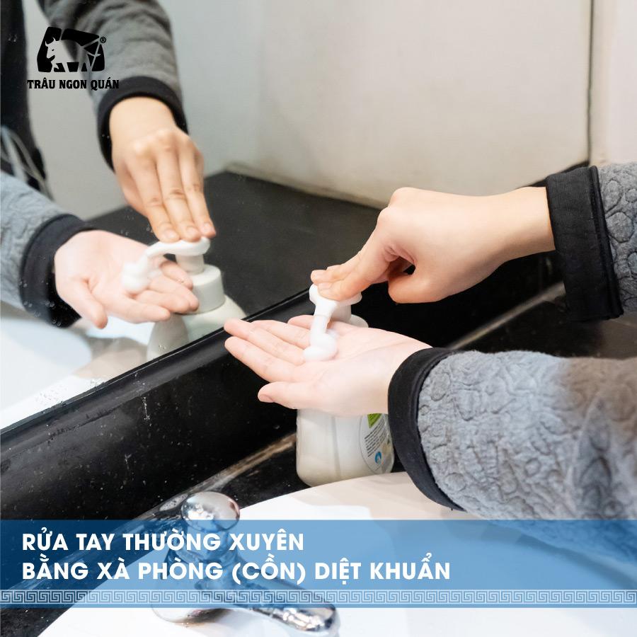 Rửa tay thường xuyên bằng xà phòng (cồn) diệt khuẩn